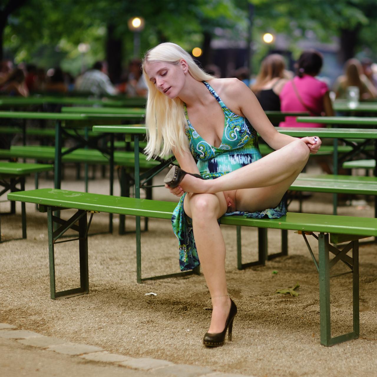 Сидя засветы трусиков 4 фотография
