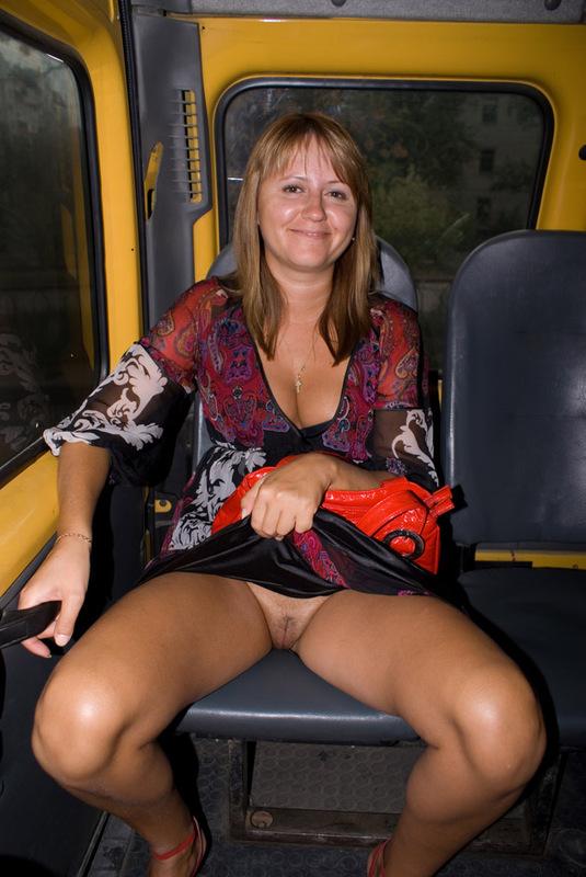 в транспорте под юбкой эротика