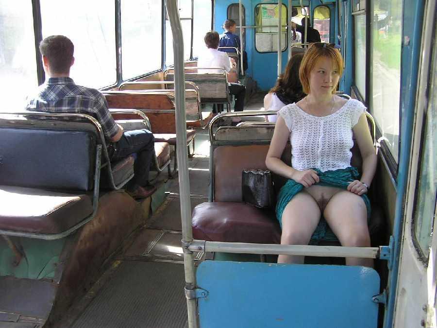 азиатка без трусов в автобусе